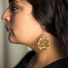 boucles d'oreilles bois maori portée