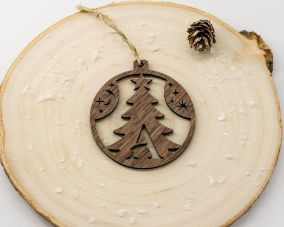 boule noel initiale bois forme sapin noyer sur rondin