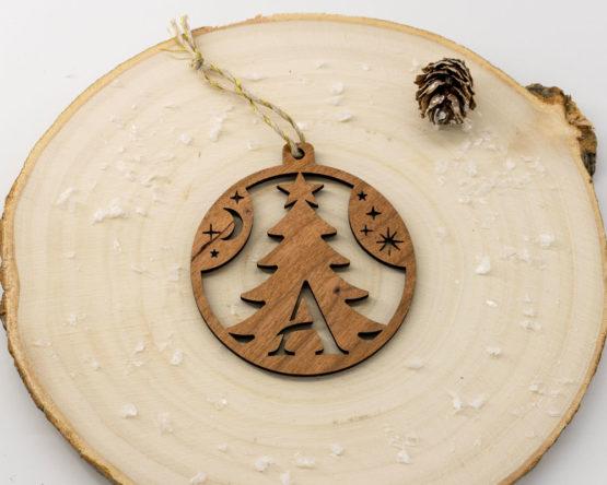 boule noel initiale bois forme sapin sur rondin