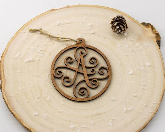 boule noel initiale bois sur rondin